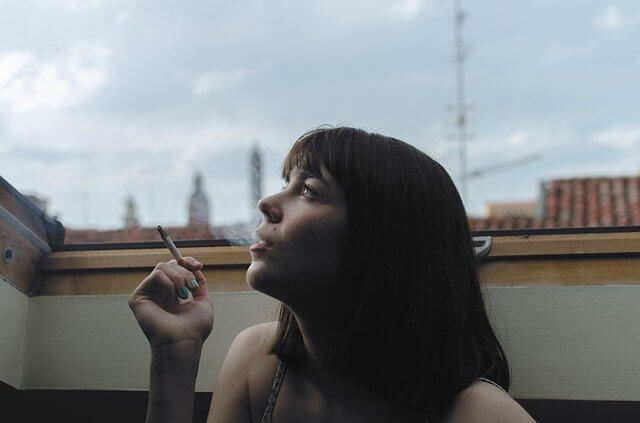 タバコを吸う女性