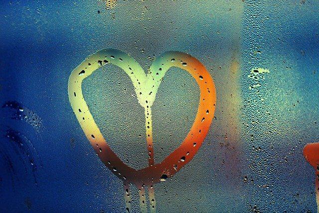 ガラスにハートの文字
