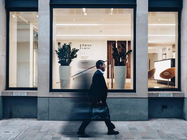 スーツの男性が歩いている画像
