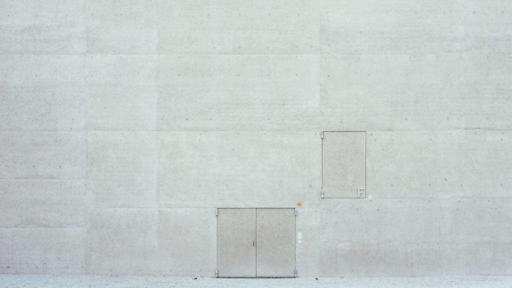 箱と白い外壁